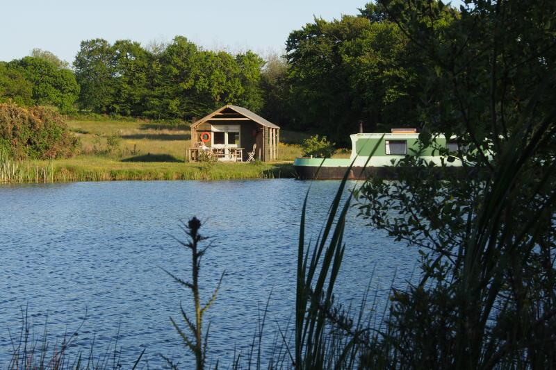 Houseboat + land + mooring   FREEHOLD