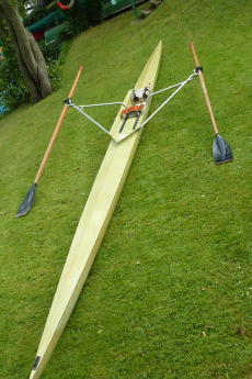 Single sculling boat