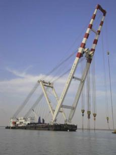 2000t Self Propelled Crane Barge with Support Tug