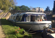 House boat with mooring in Clapton Hackney London widebeam