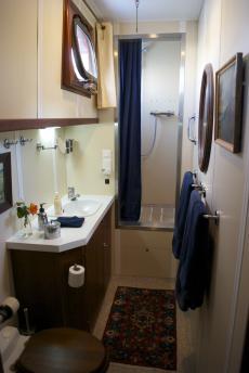 Starboard en-suite bathroom