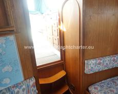 Companionway access to midship cabin