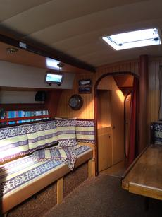 Saloon to fore cabin