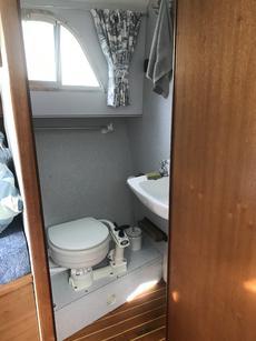 En-suite to bow bedroom